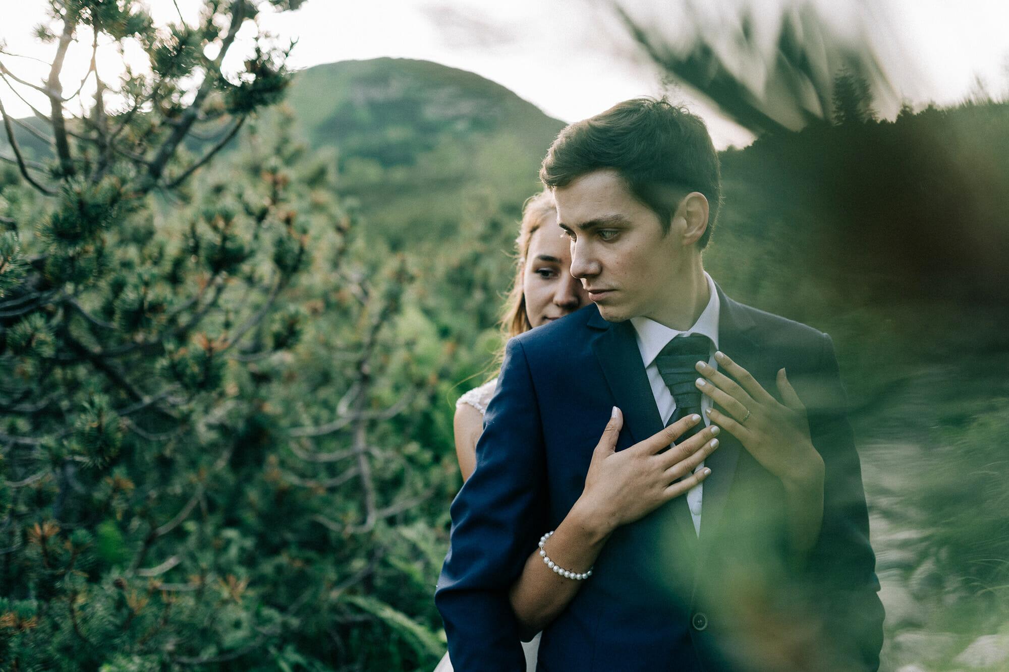 svadobná fotografia nevesty a ženícha v prírode