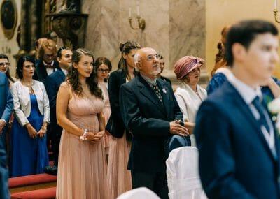 hostia počas svadobného obradu