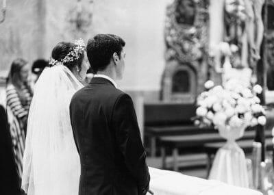 ženích a nevesta pred oltárom