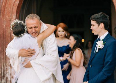 kňaz objíma nevestu