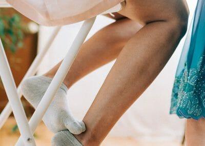 nohy nevesty pri príprave na svadbu